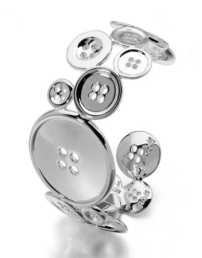 armband i metall av många knappar